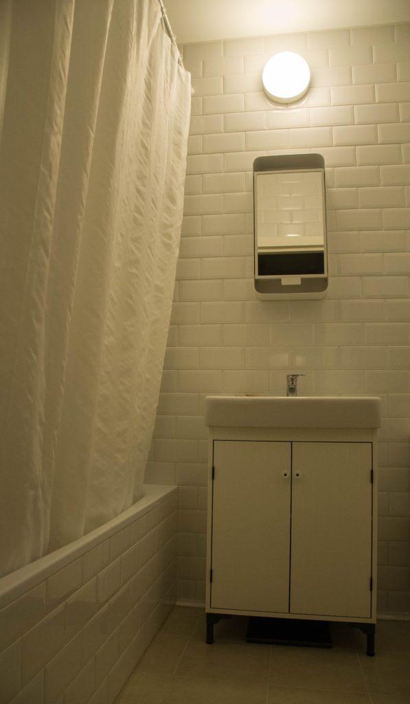 Интерьер ванной комнаты с метроплиткой (кабанчиком)