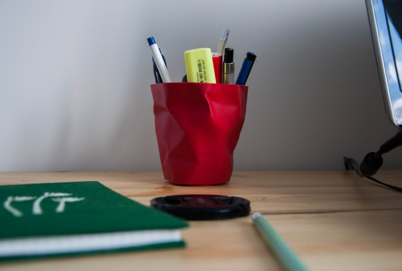 Помятый стакан под карандаши и блокнот ручной работы