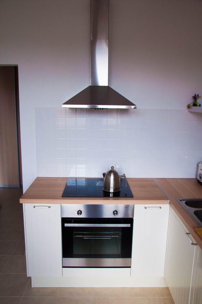 Дизайн маленькой кухни и лаконичный чайник