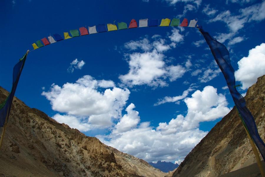 Молитвенные флажки на фоне неба и гор