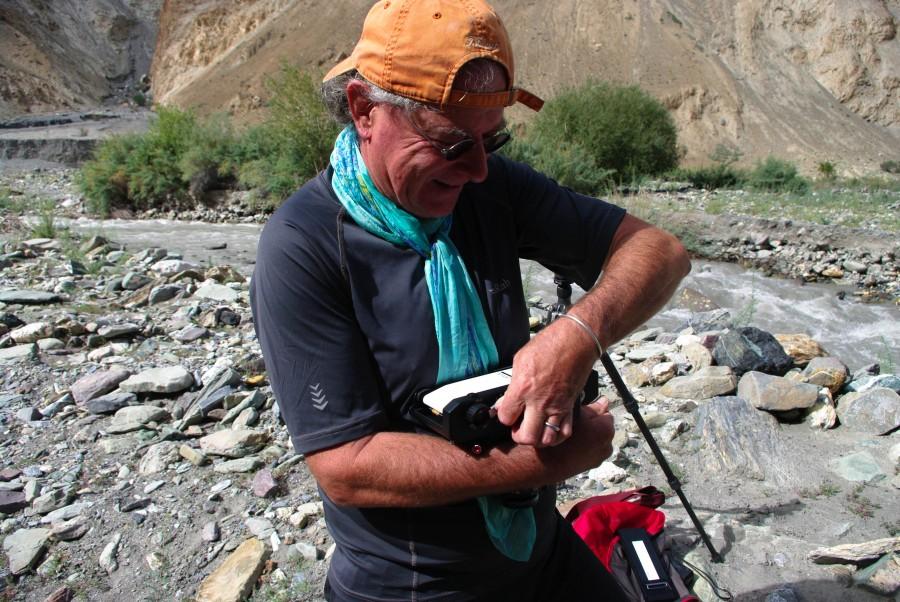 Английский турист в Гималаях с пленочным фотоаппаратом
