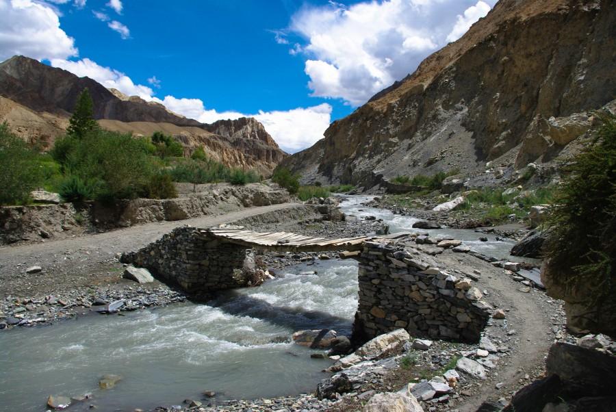 Мостик через реку в горах, Ладакхе