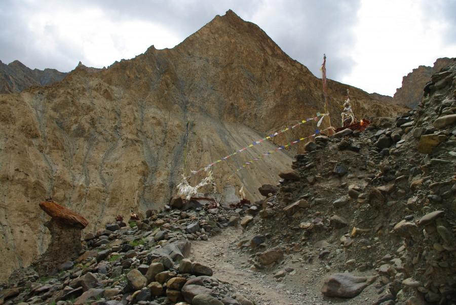 Молитвенные флажки в горах Гималаев
