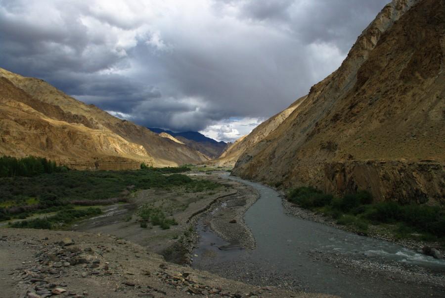 Река меж гор, Ладакхе, Гималаи