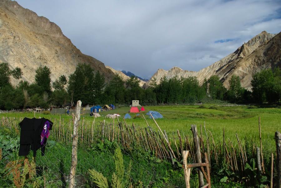 Палаточный лагерь русских туристов в горах Гималаи, Индия