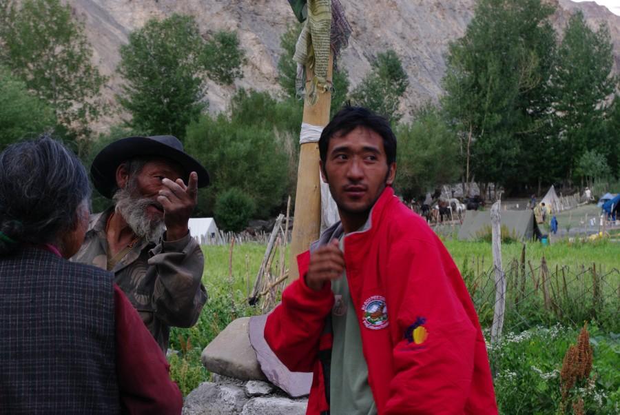 Местные жители в Гималайской деревне