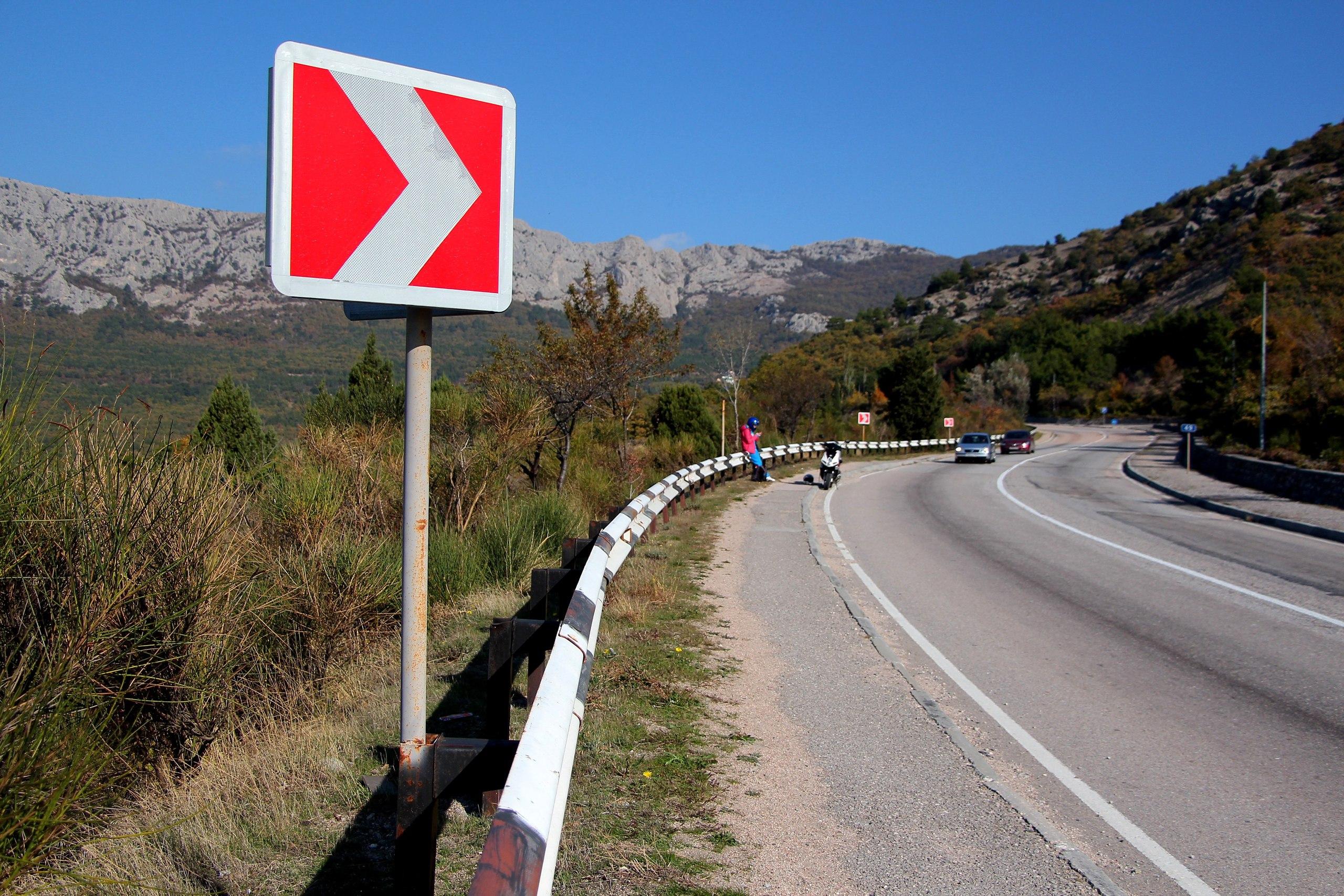 Знак на горной дороге