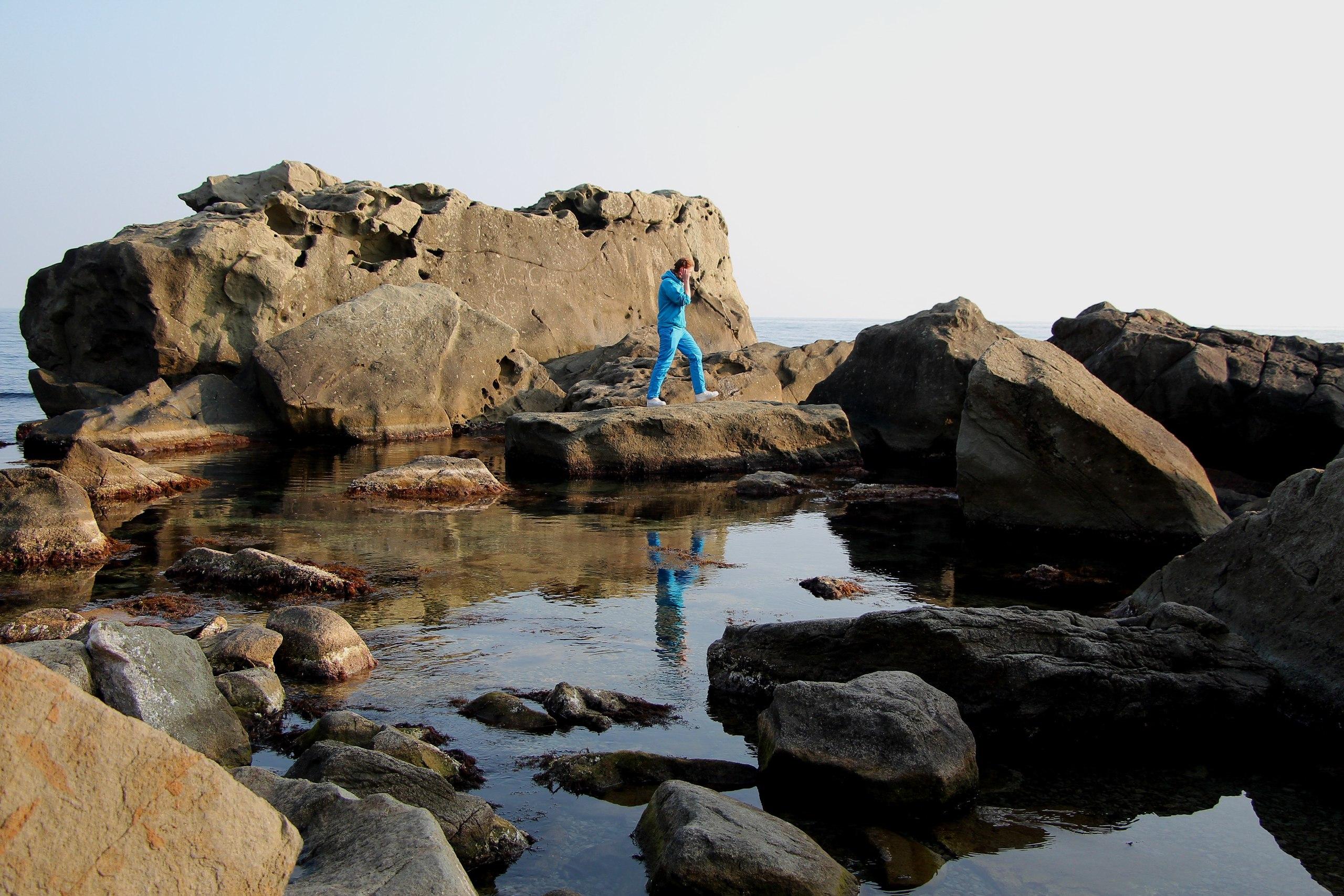 Человек на скалистом берегу