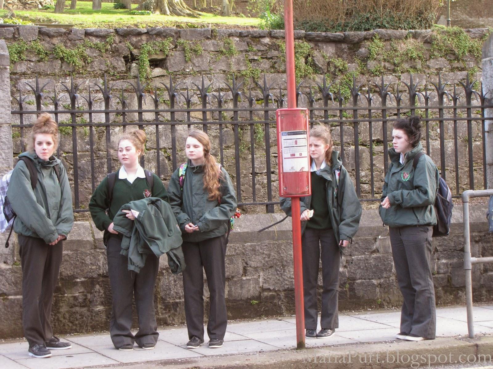 Ирландские школьники на автобусной остановке ждут автобуса, Корк