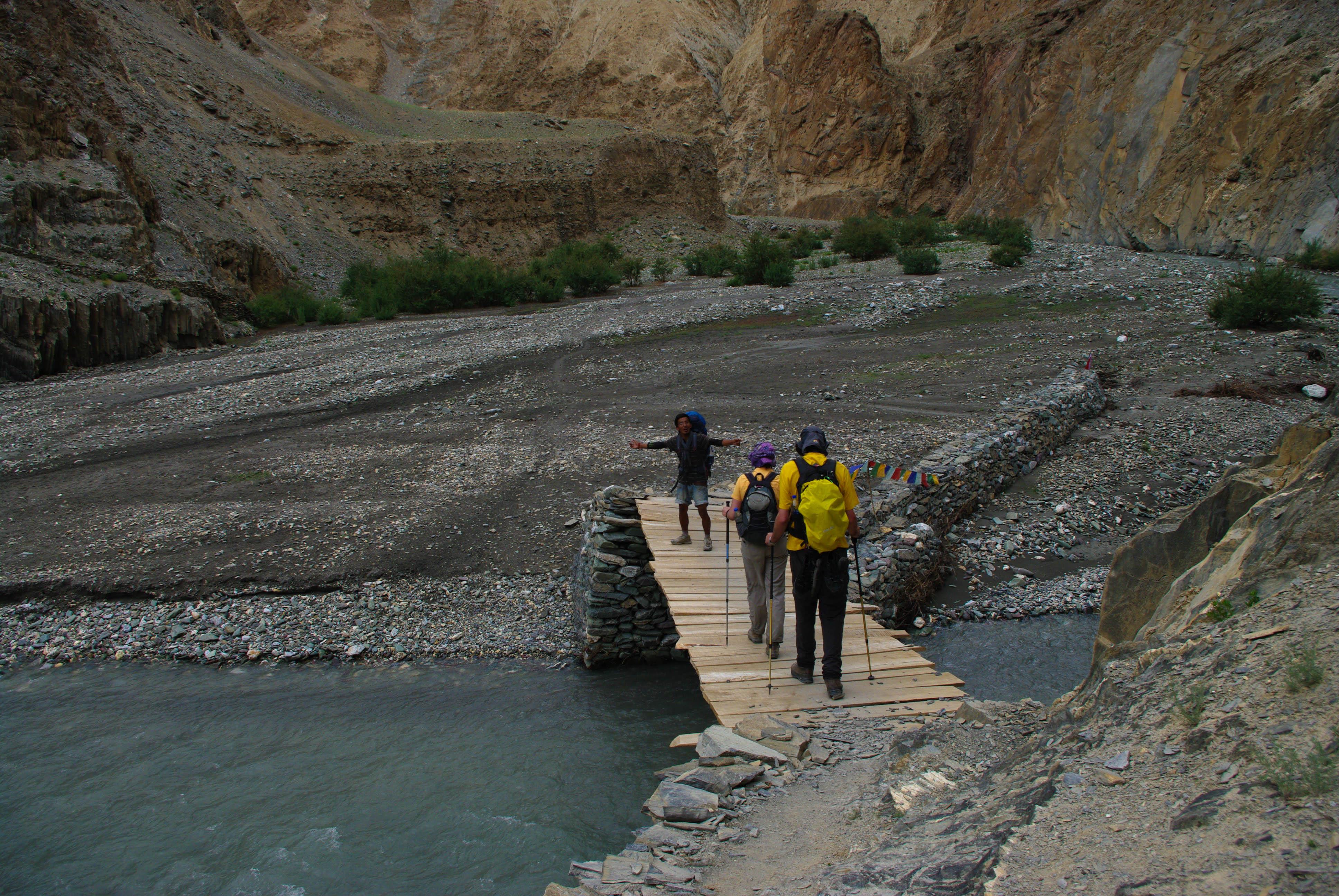 Туристы и самодельный мостик в Гималаях