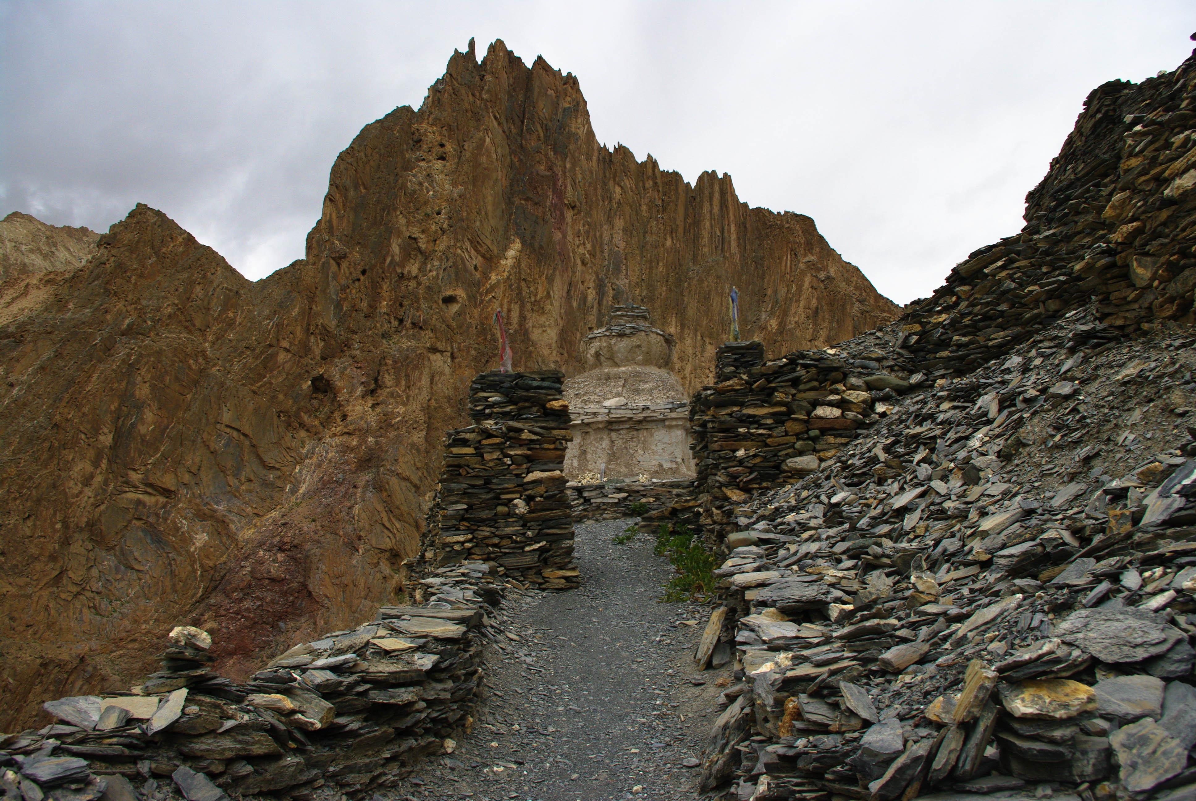 Тропа и ступа в горах Гималаи