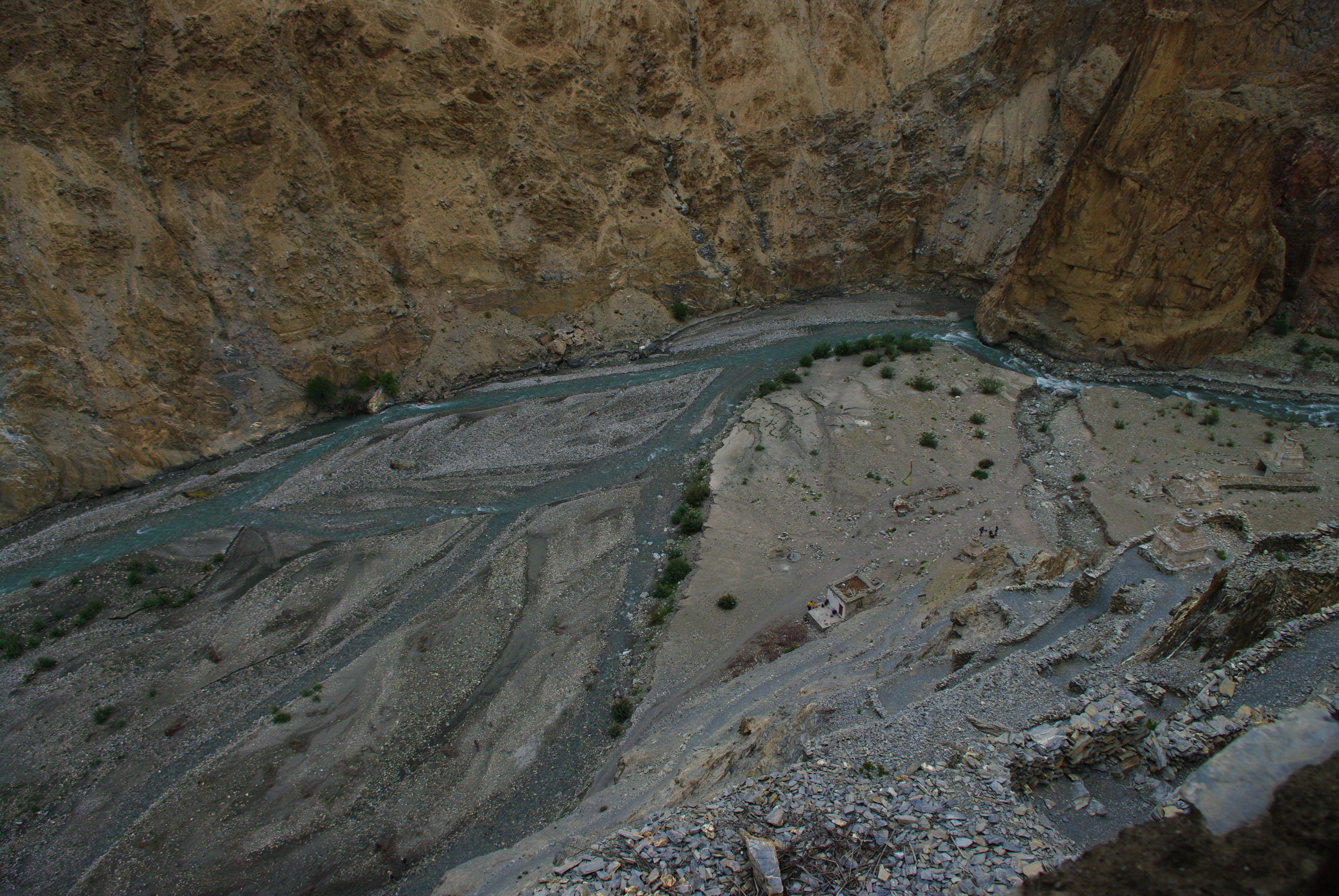 Красивый вид на горную реку в Гималаях
