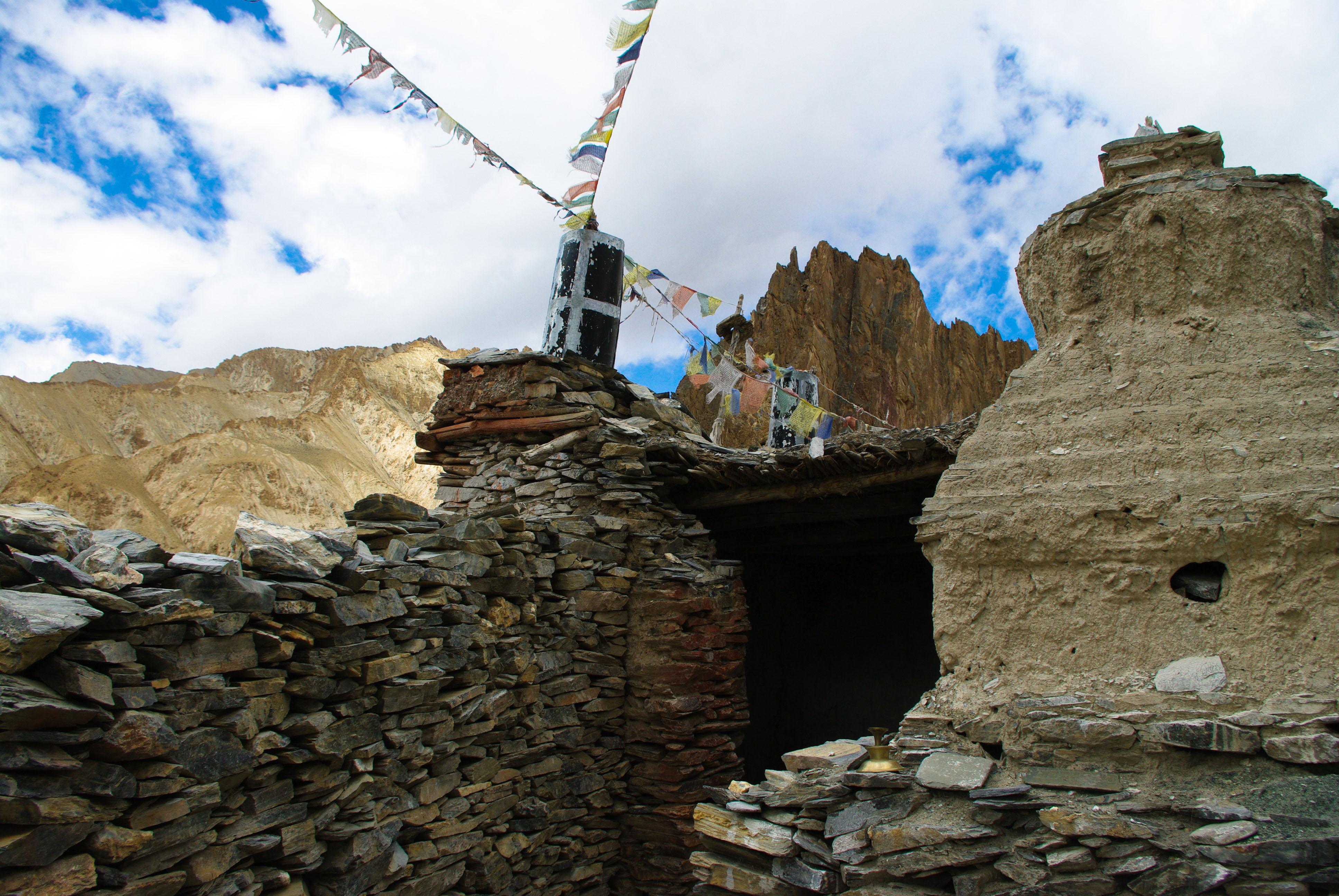 Молитвенные флажки около монастыря в Гималаях