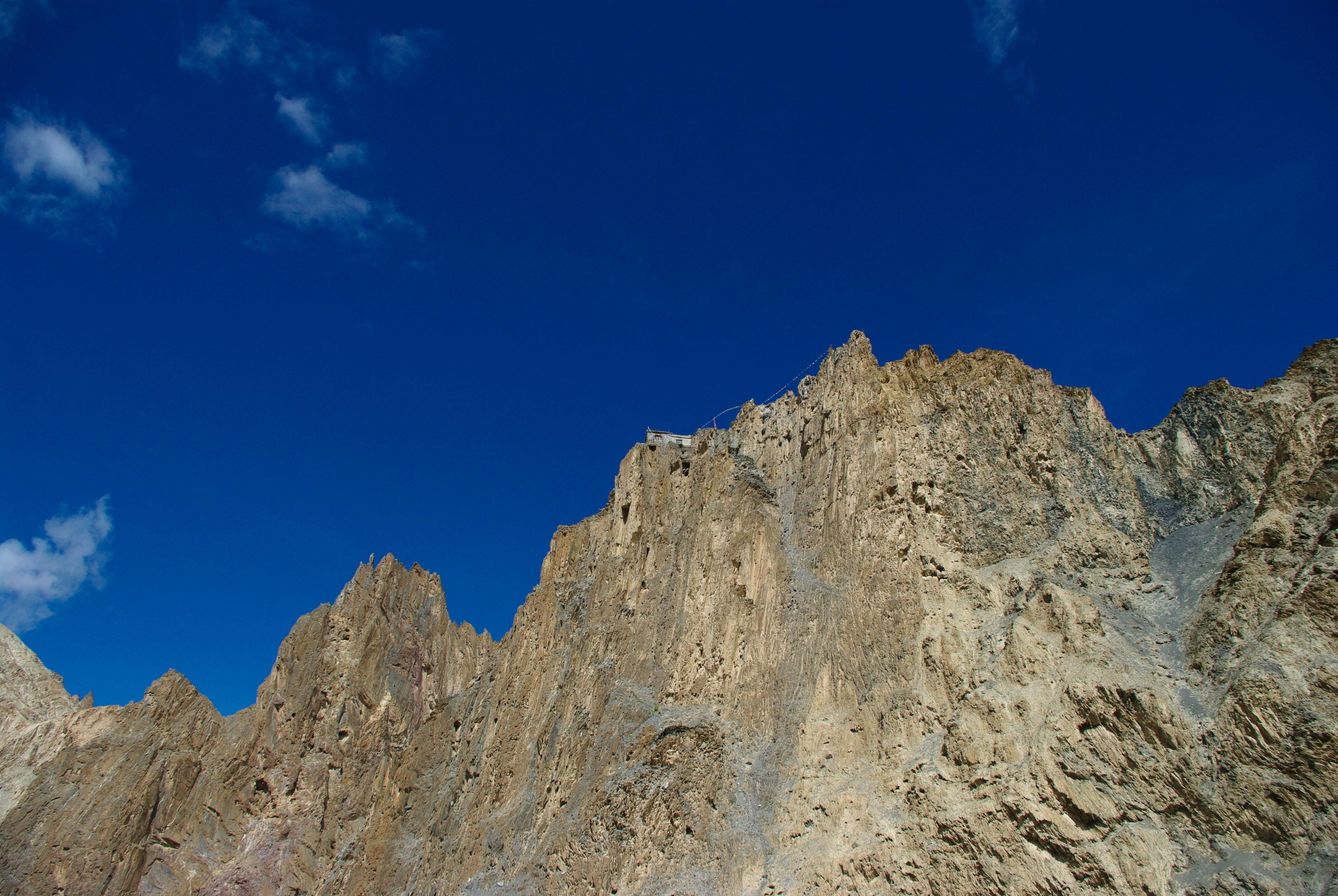 Монастырь на скале в Гималаях