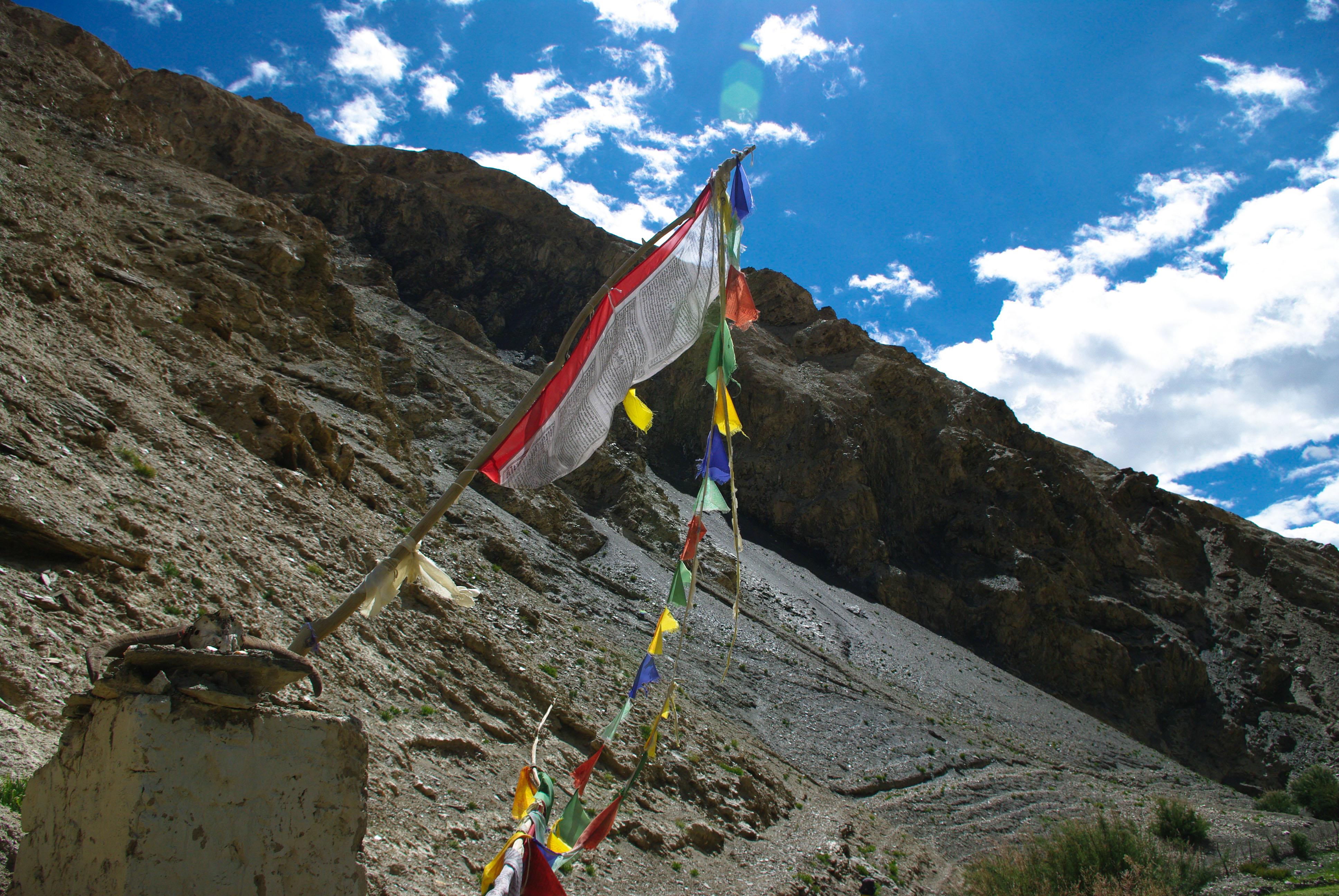 Молитвенные флажки в горах, Гималаи
