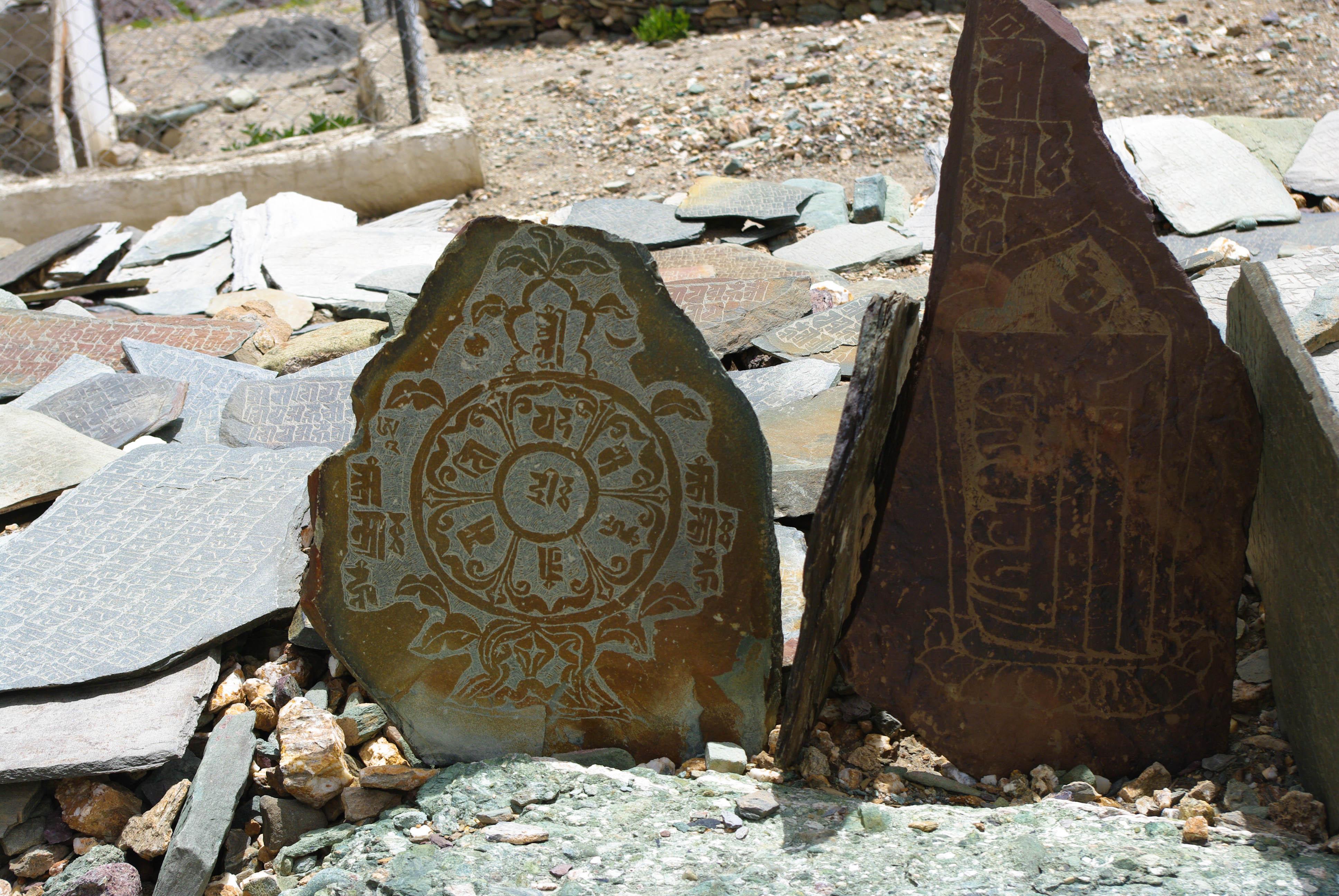 Надписи на камнях в Гималаях