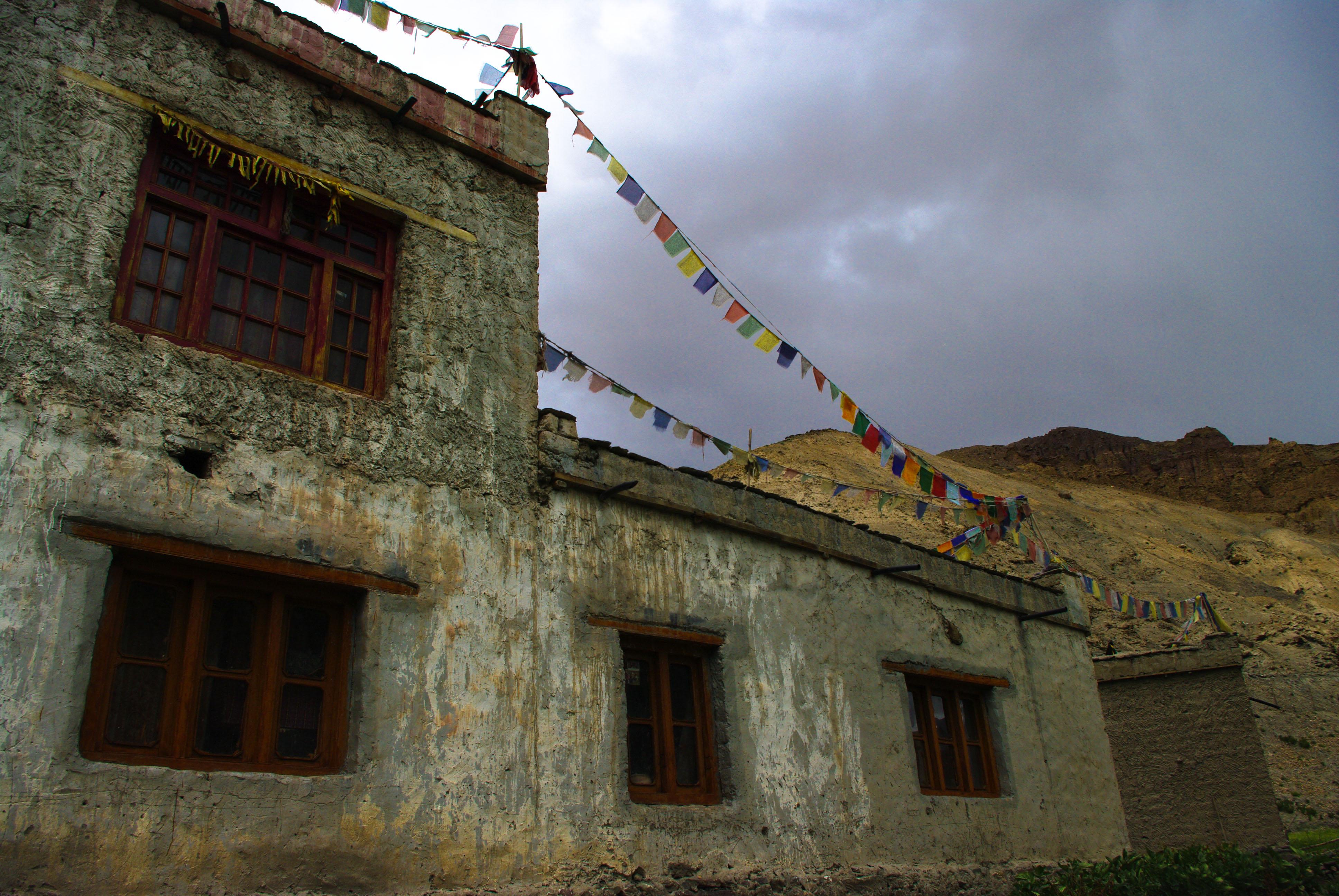 Дом с молитвенными флажками в Гималаях
