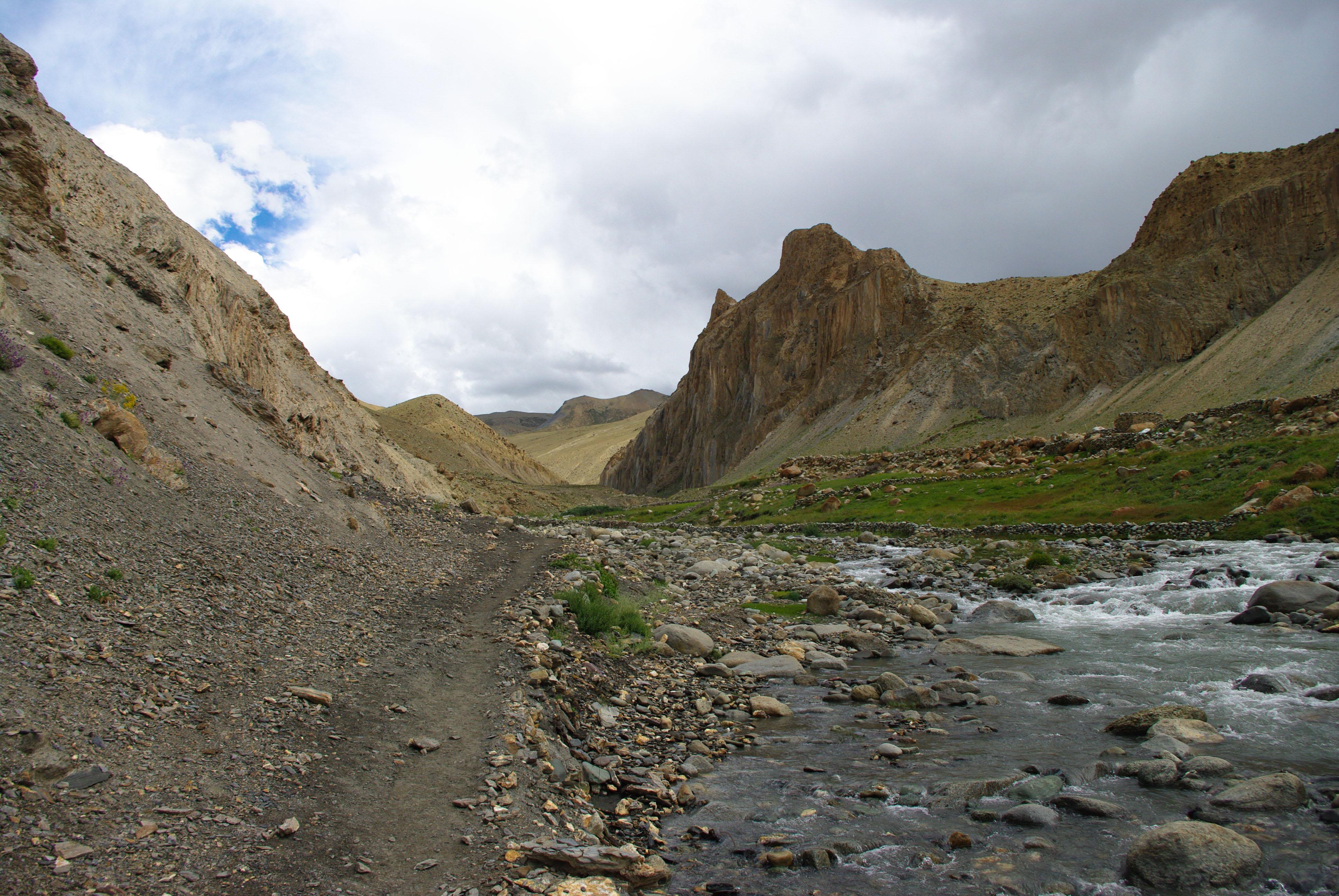 Тропа в Ладакхе и горная река, Гималаи