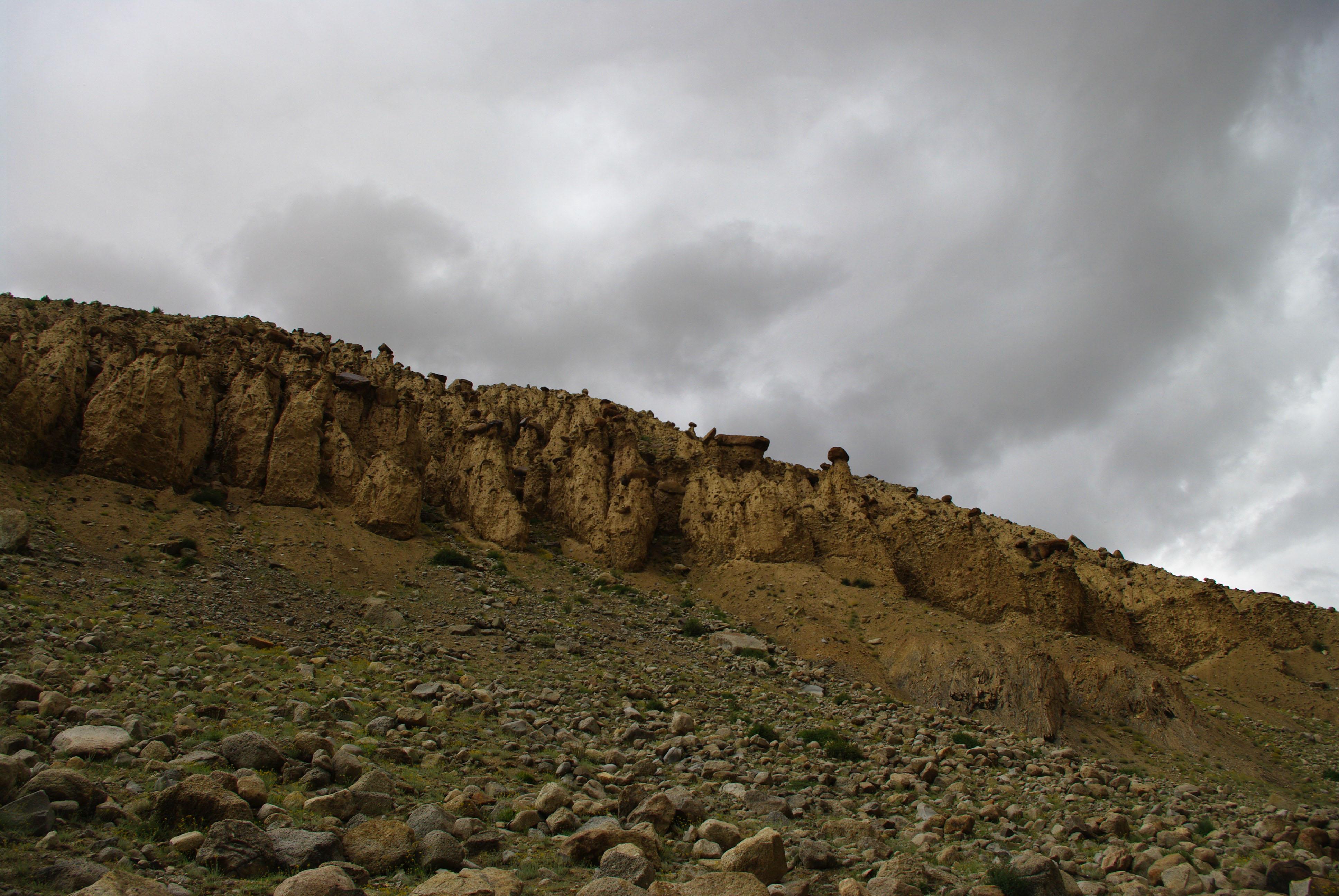 Необычная скала в Гималаях