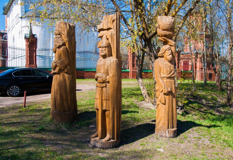 Деревянные скульптуры около церкви в Волоколамске