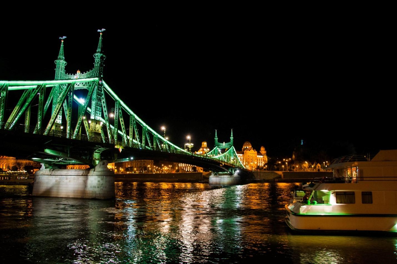 Ночной Будапешт. Вид на реку Дунай и район Буда