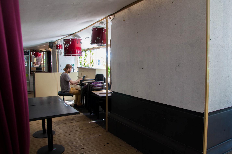 Мужчина играет на фортепиано в кафе в Будапеште