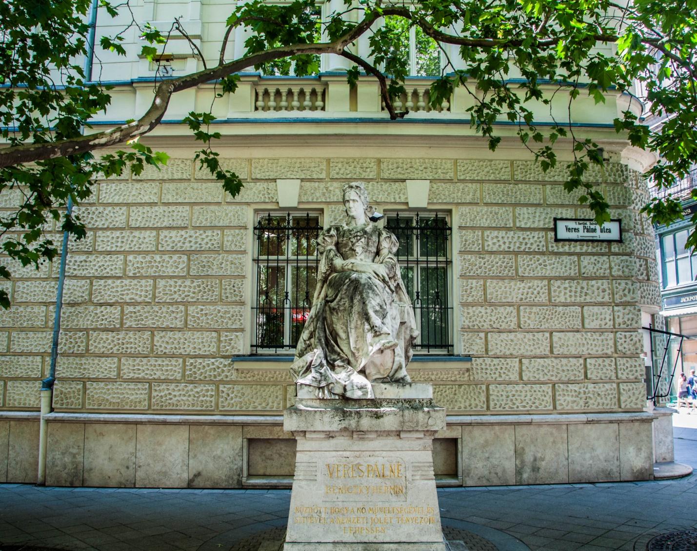Памятник венгерской феминистке Палне Вереш, Будапешт