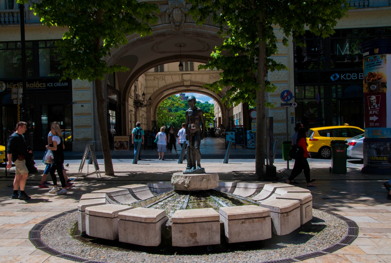 Памятник мальчику на улице Ваци, Будапешт