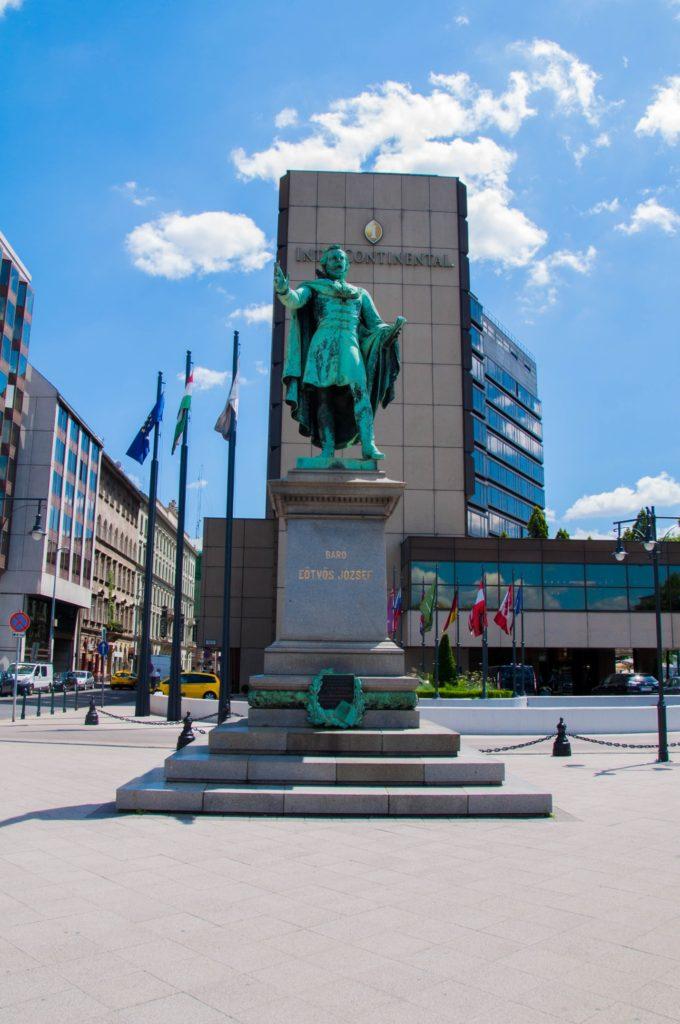 Памятник Йожефу Этвёшу — венгерский писатель и политический деятель