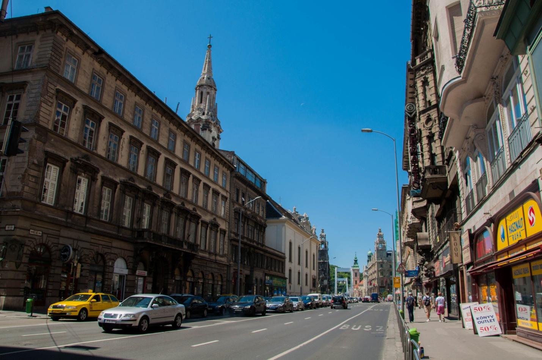 Солнечная утренняя улица в Будапеште