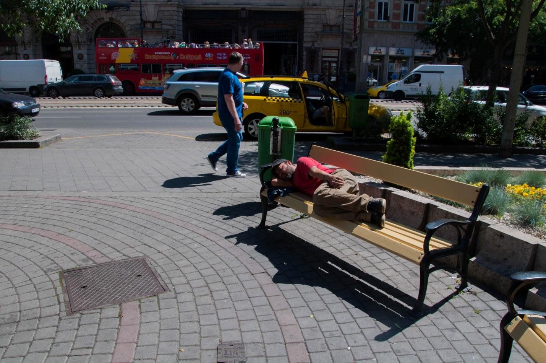 Мужчина спит на лавочке в Будапеште, Венгрия
