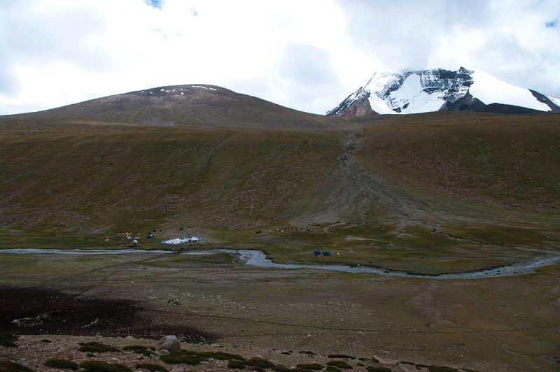 Лагерь туристов в горах Гималаи