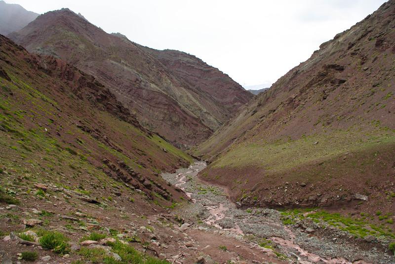 Красная горная речка в Гималаях