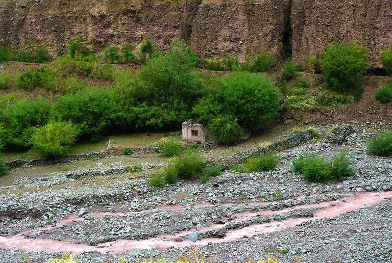 Красная река в горах Гималаи