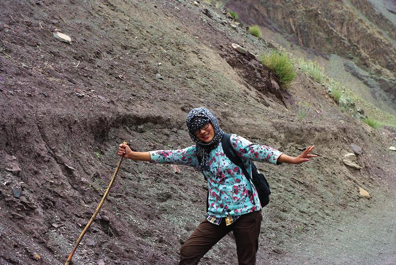 Девушка-проводник в Гималаях