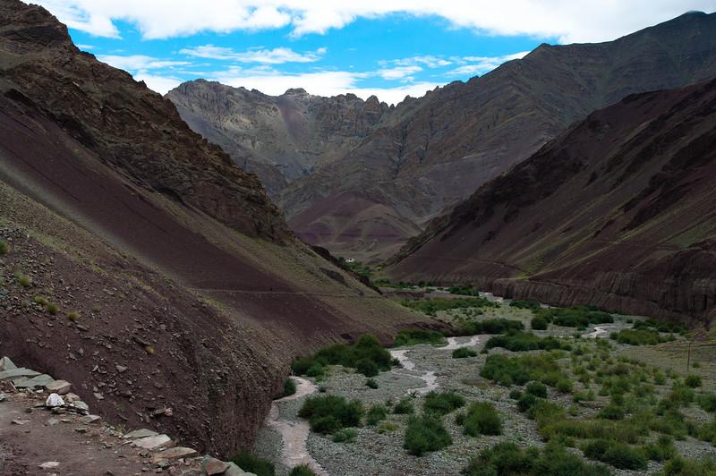Река и горы в Гималаях