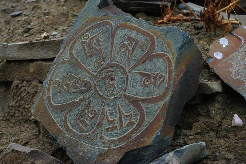 Колесо жизни на камне в горах Гималаи