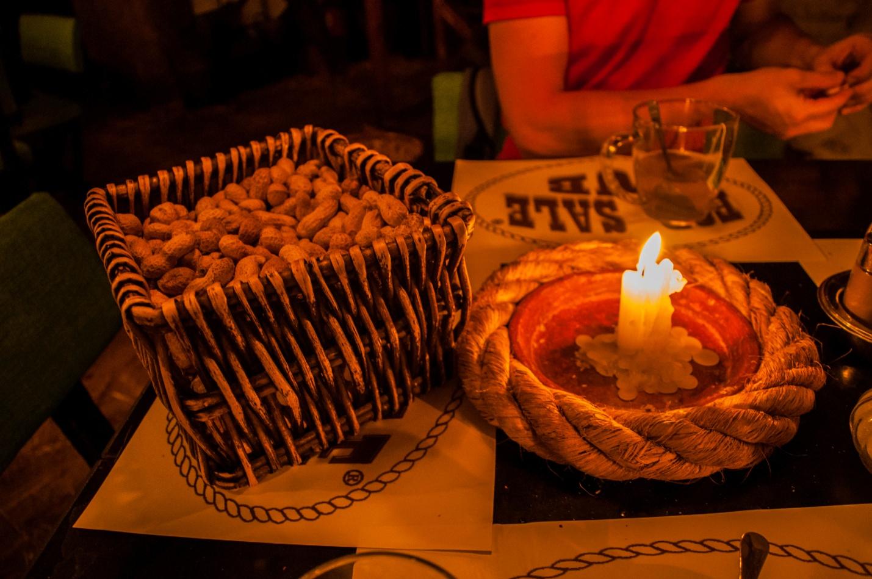 Арахис и свечи в необычном кафе в Будапеште