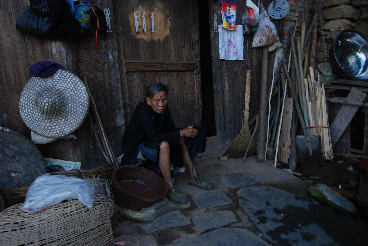 Местная жительница древней деревни Баша, Китай