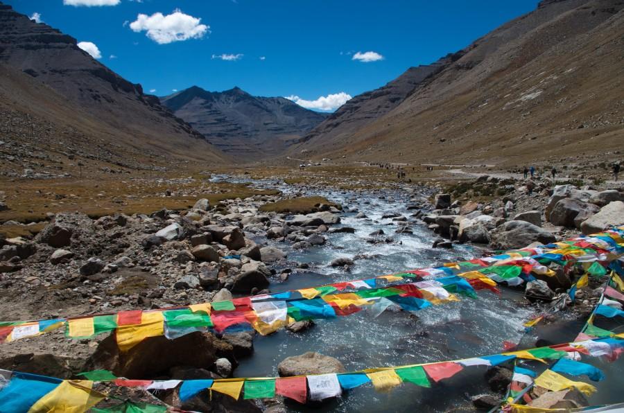 Молитвенные флажки и горная река