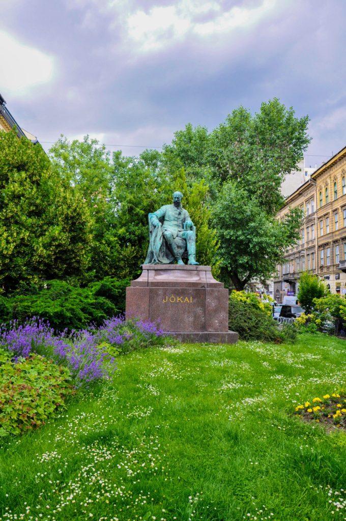 Памятник Мору Йокаю, Будапешт
