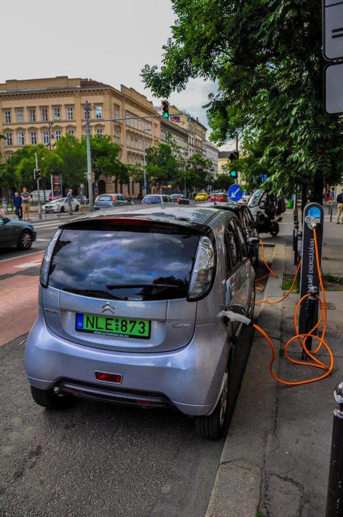 Зарядная станция для электромобилей в Будапеште, Венгрия