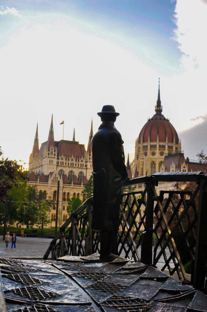 Памятник премьер-министру Венгрии Имре Надю, устремившему взгляд в сторону парламента, Будапешт, Венгрия