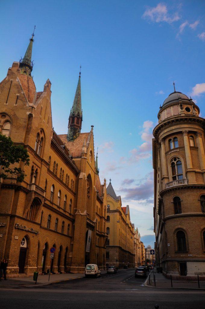 Улица Будапешта в закатных лучах солнца, Венгрия