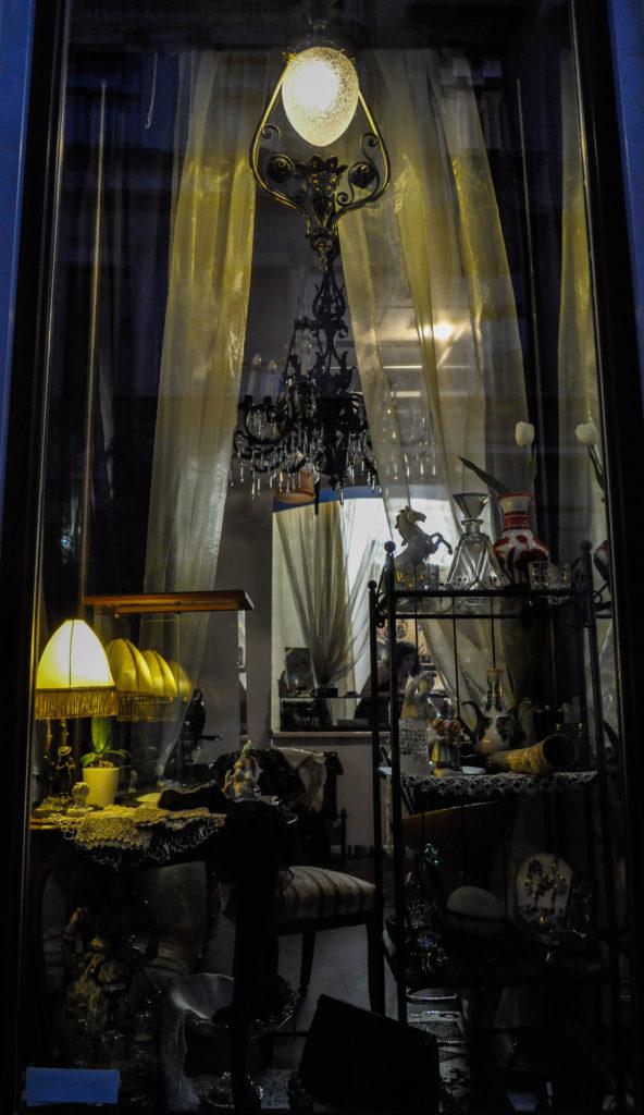 Витрина антикварного магазина в Будапеште, Венгрия