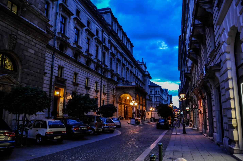 Ночная тихая улочка Будапешта, Венгрия