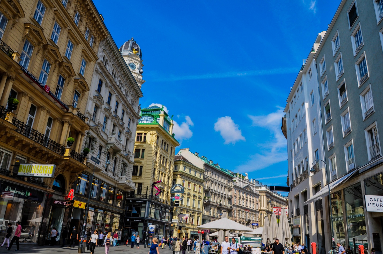 Многолюдная улица в Вене, Австрия