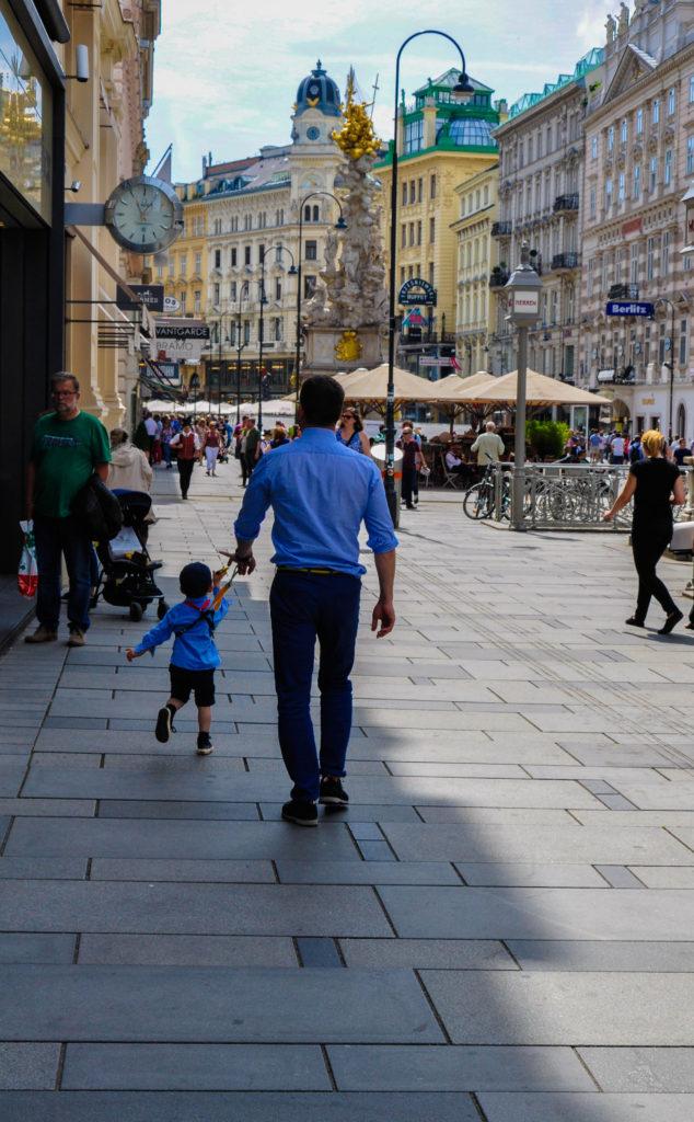 Ребенок на поводке на улице в Вене, Австрия