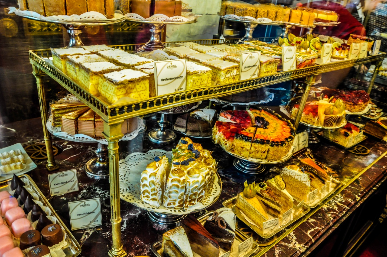 Пирожные и торты на витрине кофейни «Демель» в Вене, Австрия