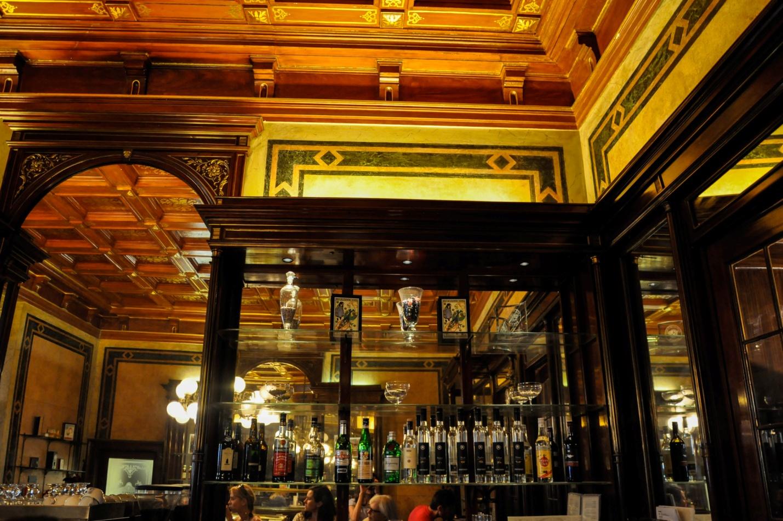 Интерьер внутри кофейни «Демель» в Вене, Австрия